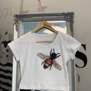 Къса бяла тениска с пчеличка