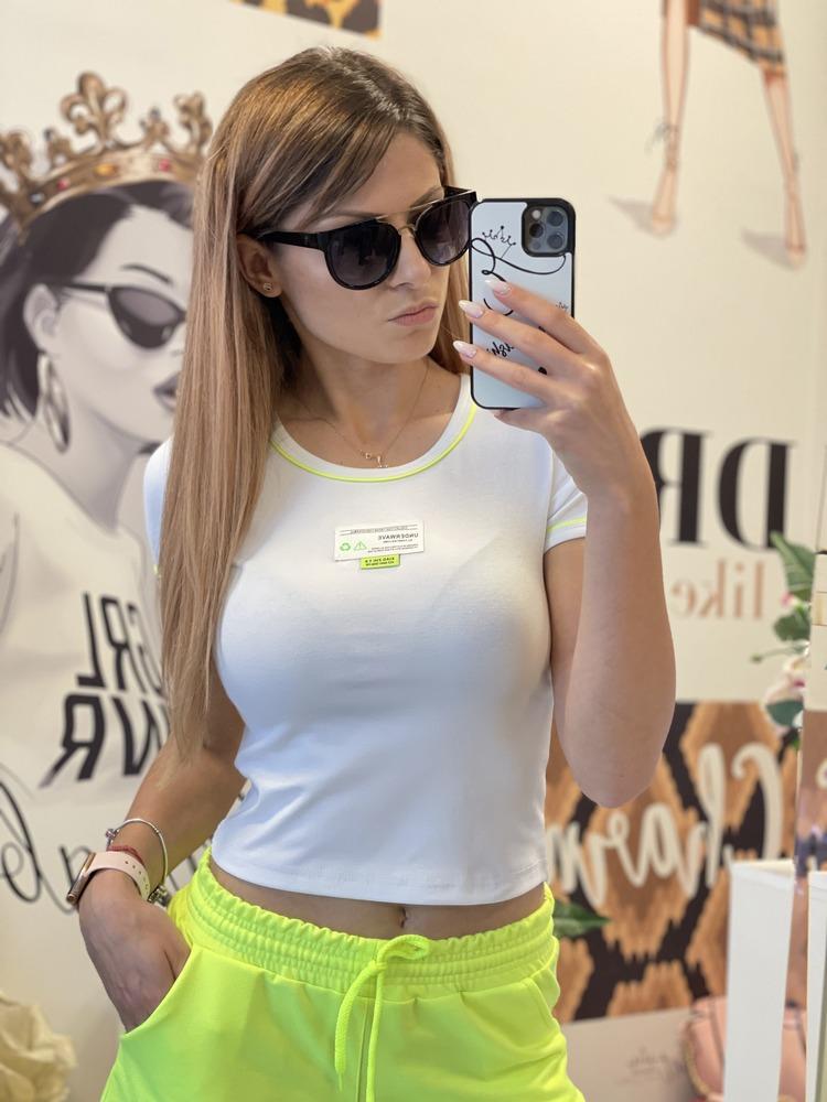 Къса бяла тениска с неоново жълто-зелено елизабет.бг